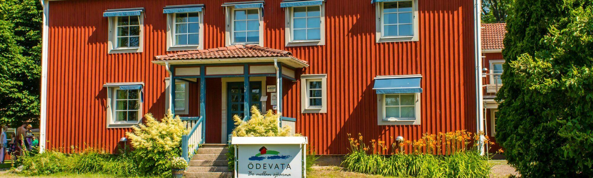 Huvudbyggnaden hos Ödevata Gårdshotell.